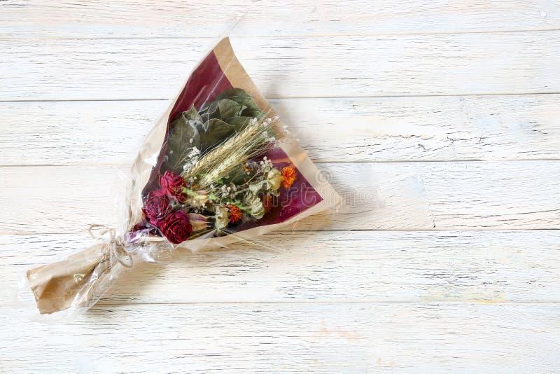 Bouquet de la fleur sèche s'enveloppant avec le papier images stock