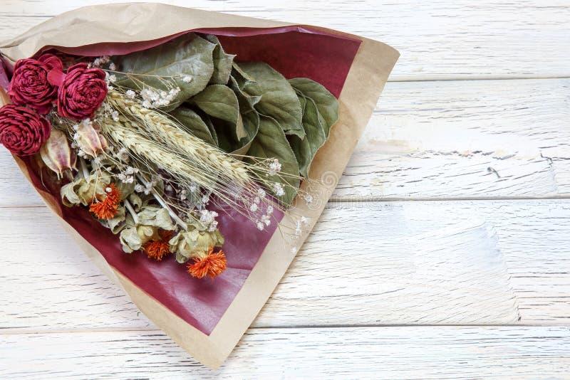 Bouquet de la fleur sèche s'enveloppant avec le papier photo libre de droits
