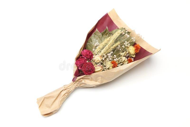 Bouquet de la fleur sèche s'enveloppant avec le papier image stock