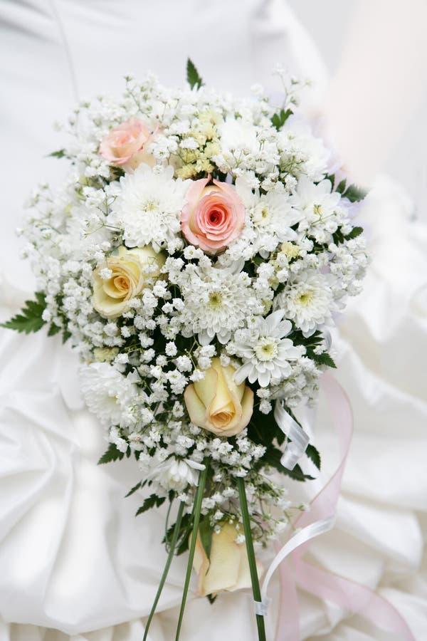 Bouquet de la mariée des roses crémeuses photo libre de droits