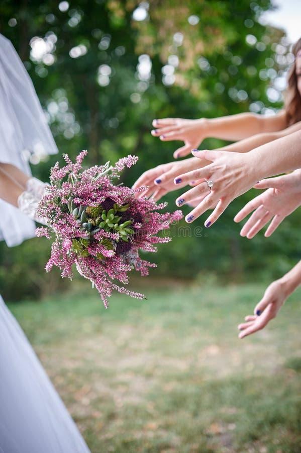 Bouquet de lancement de jeune mariée pour des invités au crochet image libre de droits