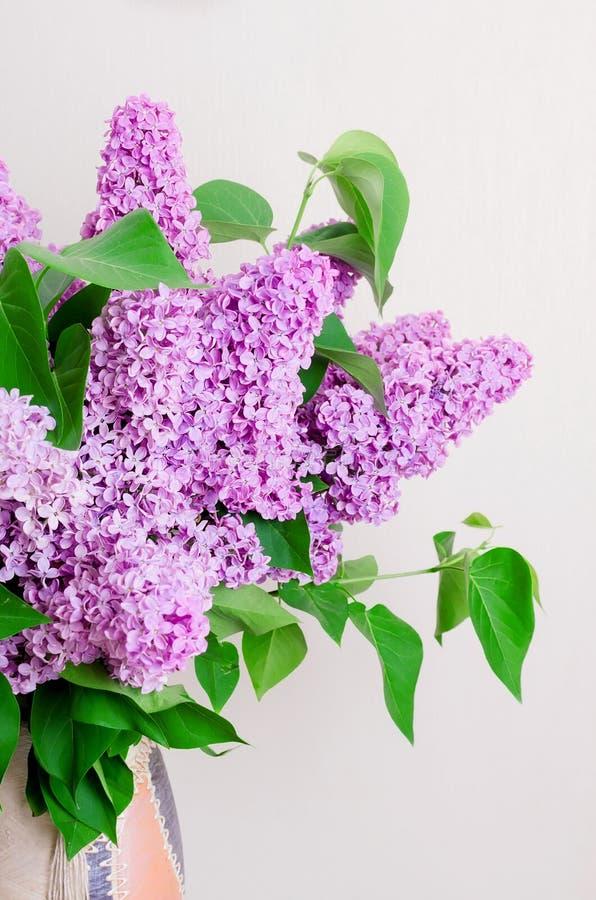 Bouquet de lilas dans un vase images stock