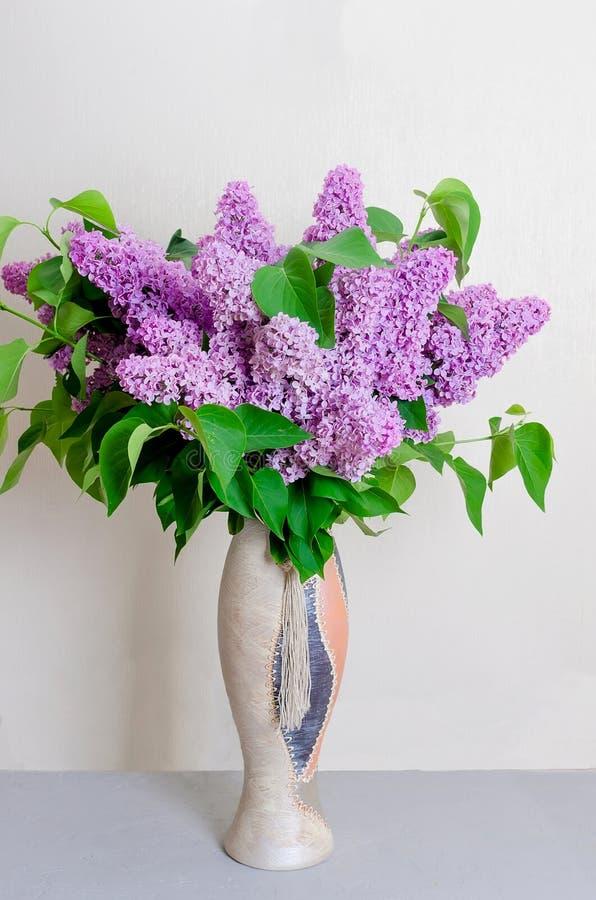 Bouquet de lilas dans un vase photo libre de droits