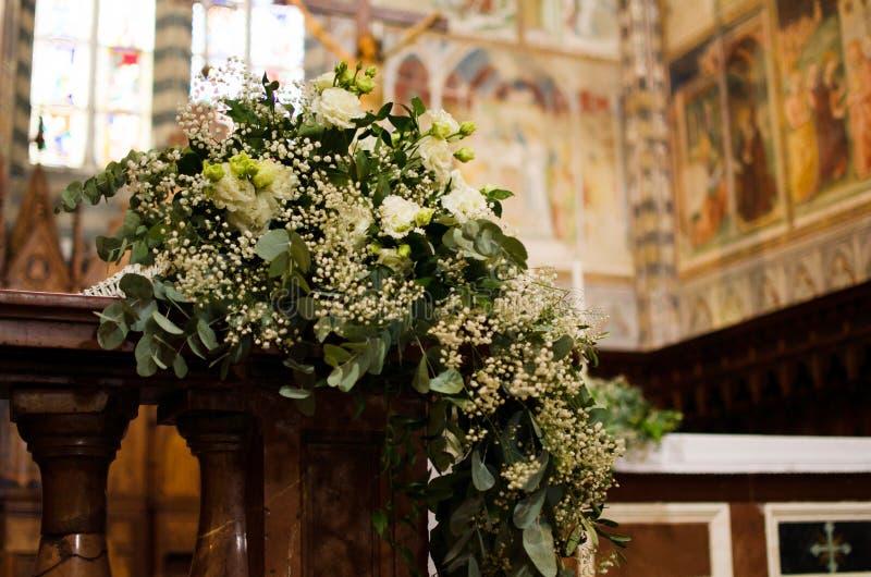 Bouquet de mariage à l'église italienne photographie stock libre de droits