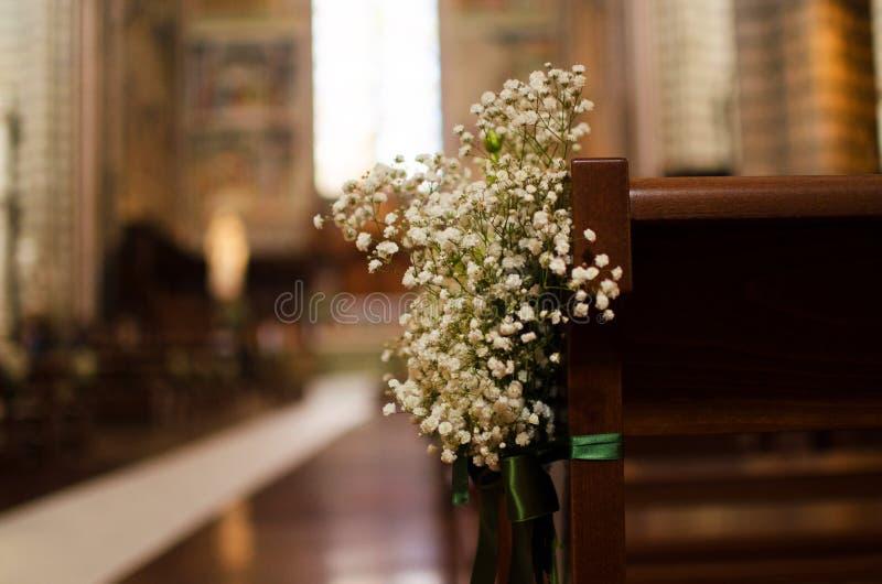 Bouquet de mariage attaché sur le banc de l'église italienne images stock