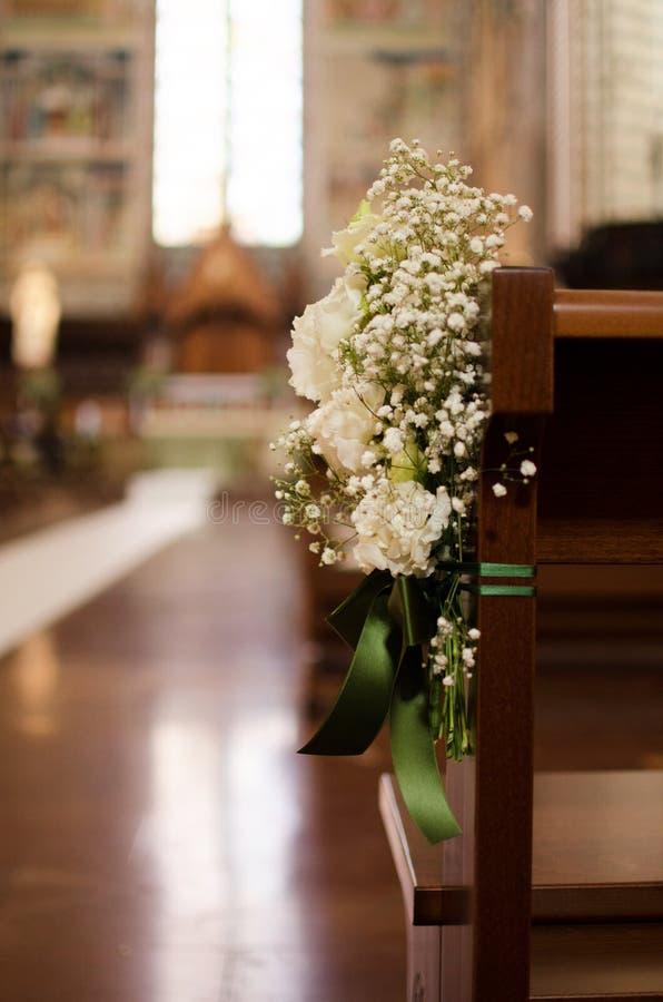 Bouquet de mariage attaché sur le banc de l'église italienne photo stock