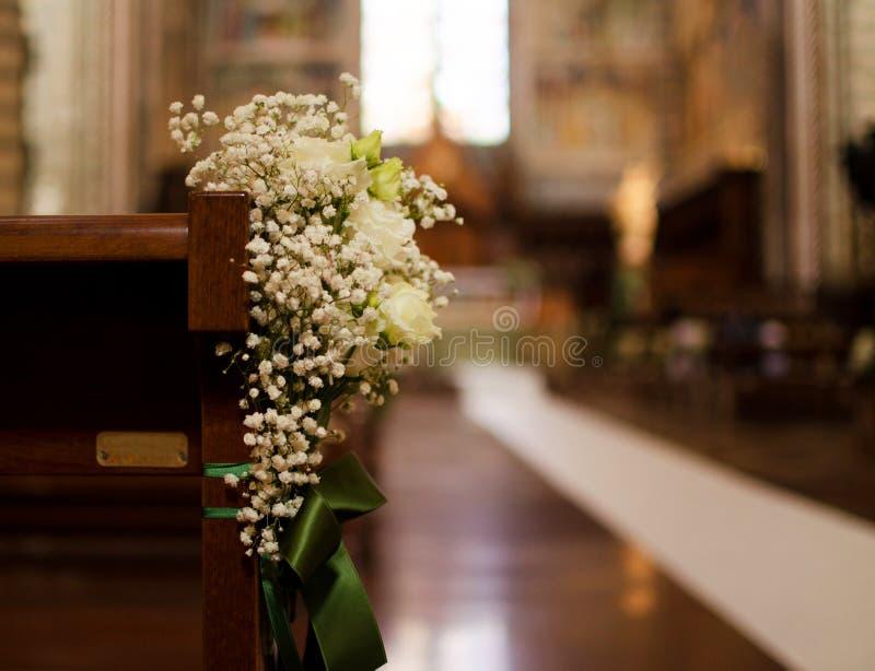 Bouquet de mariage attaché sur le banc de la cathédrale d'Orvieto photos stock