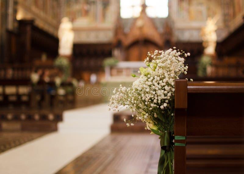 Bouquet de mariage attaché sur le banc de la cathédrale d'Orvieto photo libre de droits
