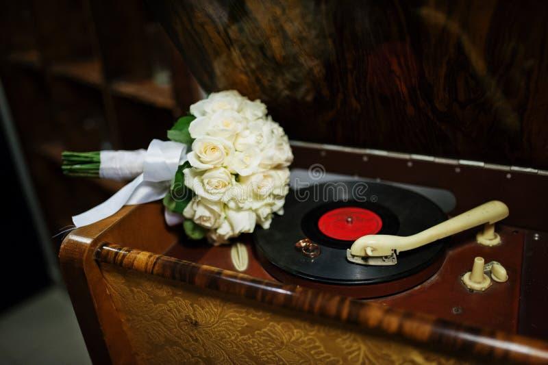 Bouquet de mariage avec des anneaux photos libres de droits