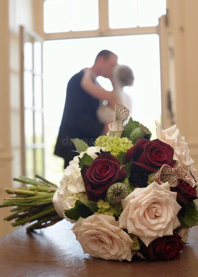 Bouquet de mariage avec la mariée et le marié images libres de droits