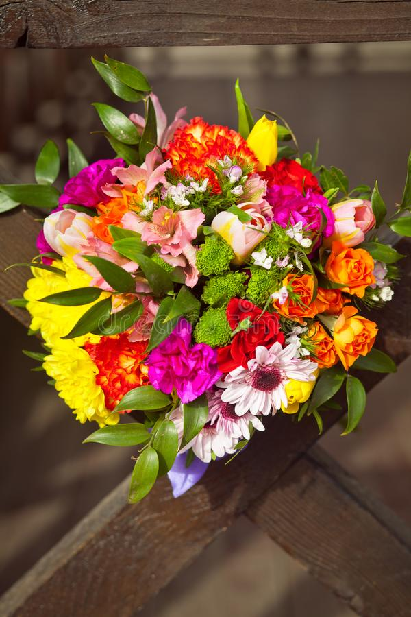 Bouquet de mariage de Coloful sur un fond en bois images stock