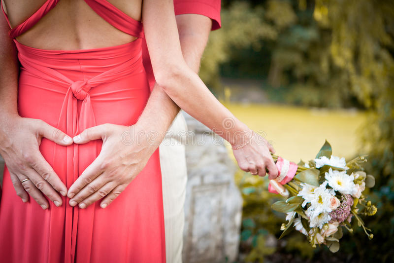 Bouquet de mariage dans des mains de jeune mariée photos libres de droits