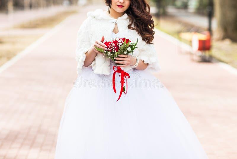 Download Bouquet De Mariage Dans Des Mains De Mariées Photo stock - Image du beau, mariage: 77161490