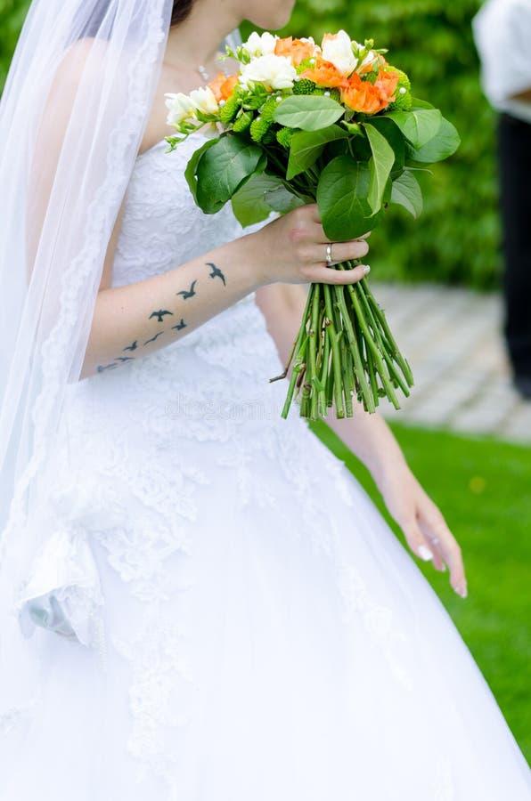 Bouquet de mariage dans des mains de mari?es photos stock