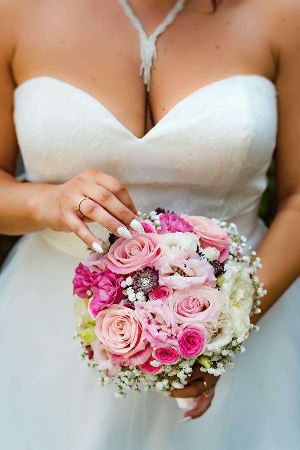 Bouquet de mariage dans les mains de la mariée photo libre de droits