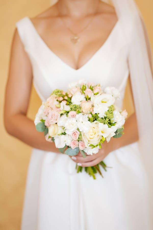 Bouquet de mariage de la jeune mariée images libres de droits