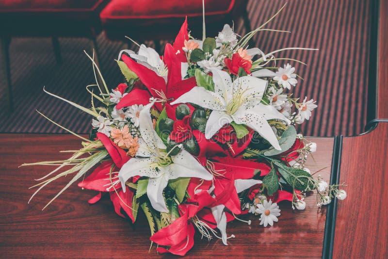 Bouquet de mariage des fleurs artificielles rouges et blanches photos stock