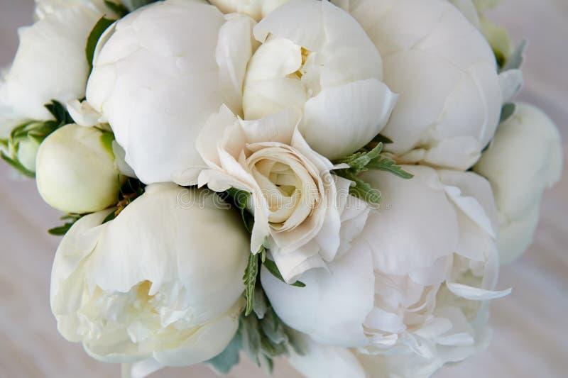 Bouquet de mariage des pivoines et des ranunculuses blancs Épouser floristry photo stock