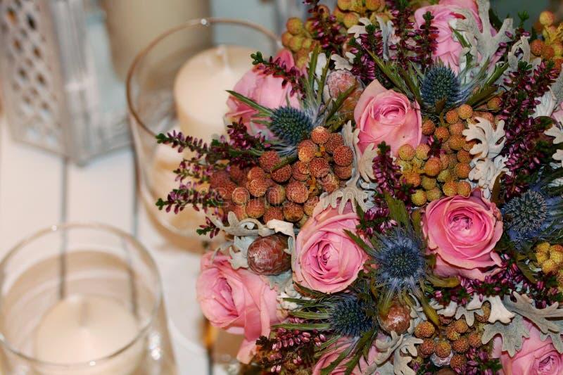 Bouquet de mariage de fleur avec des bougies photos stock