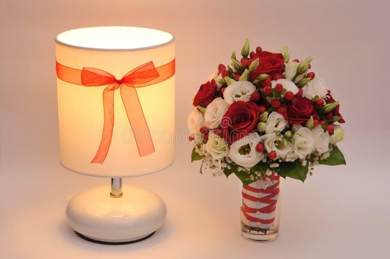 Bouquet de mariage, lampe, fleurs, romanes photographie stock libre de droits