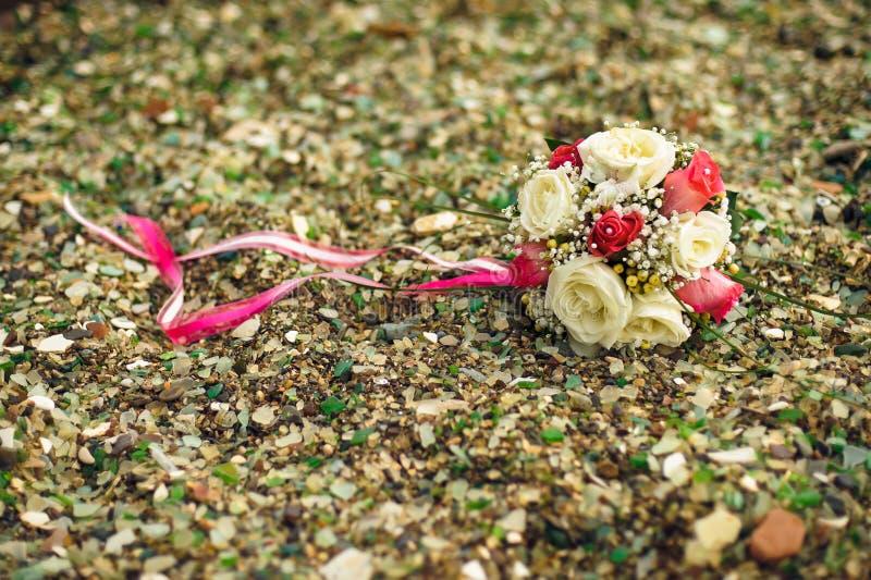 bouquet de mariage sur la plage rocheuse images libres de droits