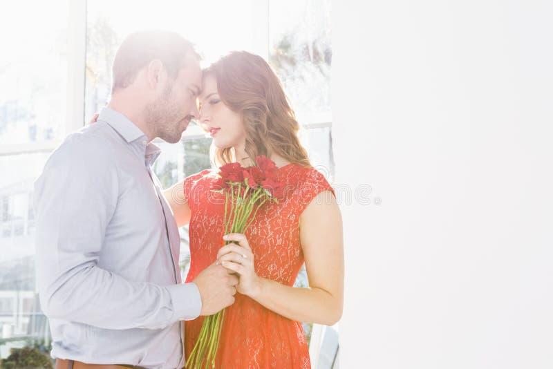 Bouquet de offre de fleur d'homme à la femme photographie stock