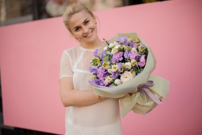 Bouquet de participation de fille de différentes fleurs pourpres photos stock