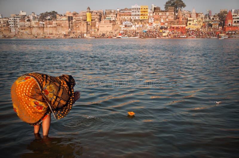 Bouquet de prière pour la déesse de fleuve images libres de droits