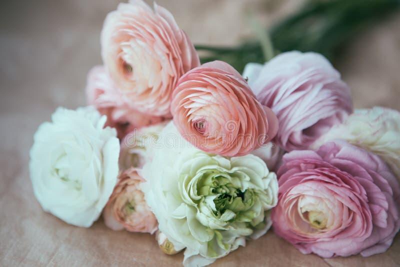 Bouquet de Ranunculus sur le papier de métier images stock
