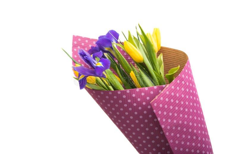 bouquet de ressort avec les tulipes et l'iris d'isolement photo stock