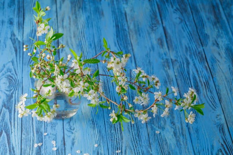 Bouquet de ressort des fleurs sur la table en bois photographie stock