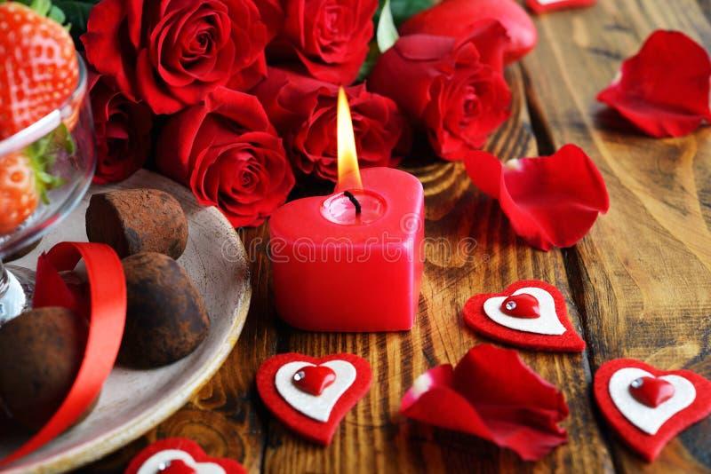 Bouquet de rosas, chocolate e morangos foto de stock