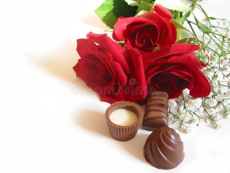 Bouquet de Rose avec des chocolats photographie stock libre de droits