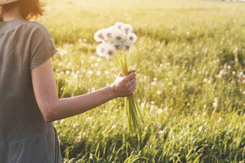 Bouquet de toile de port de participation de robe de femme de belles fleurs fra?ches de pissenlit, fin  photo libre de droits