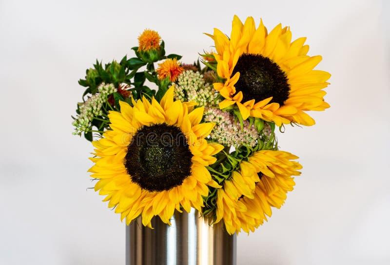 Bouquet de tournesols avec des feuilles et le genre différent de fleurs, sur le fond blanc photographie stock libre de droits