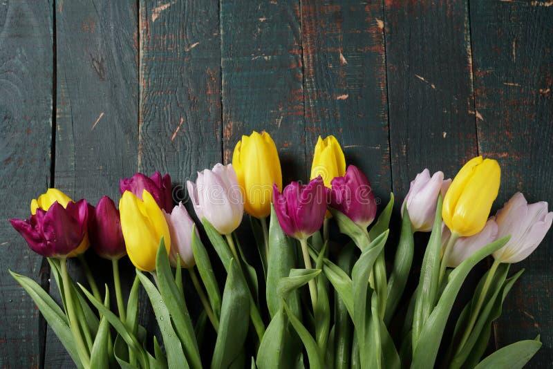 Bouquet de tulipe de ressort sur de vieux conseils images stock