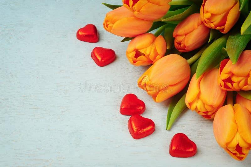 Bouquet de tulipe et coeurs rouges photographie stock