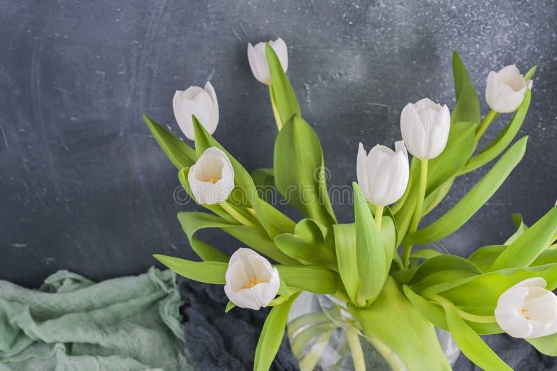 Bouquet de tulipes blanches dans un vase sur fond gris Fleurs en cadeau pour votre personne préférée Copier l'espace photographie stock