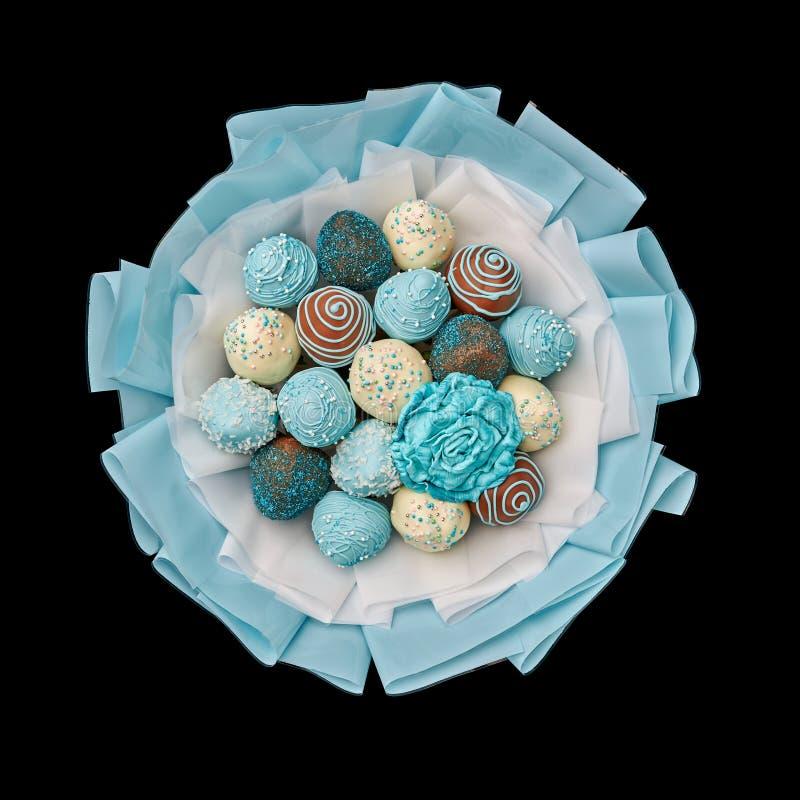 Bouquet delizioso di fragole coperte di cioccolato su fondo nero immagini stock libere da diritti