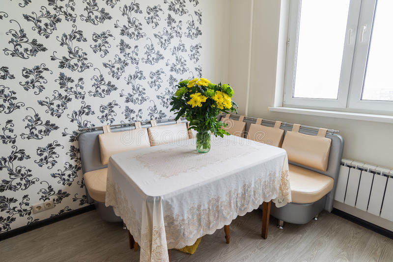 Bouquet des chrysanthèmes jaunes et verts se tenant sur la table de cuisine photographie stock