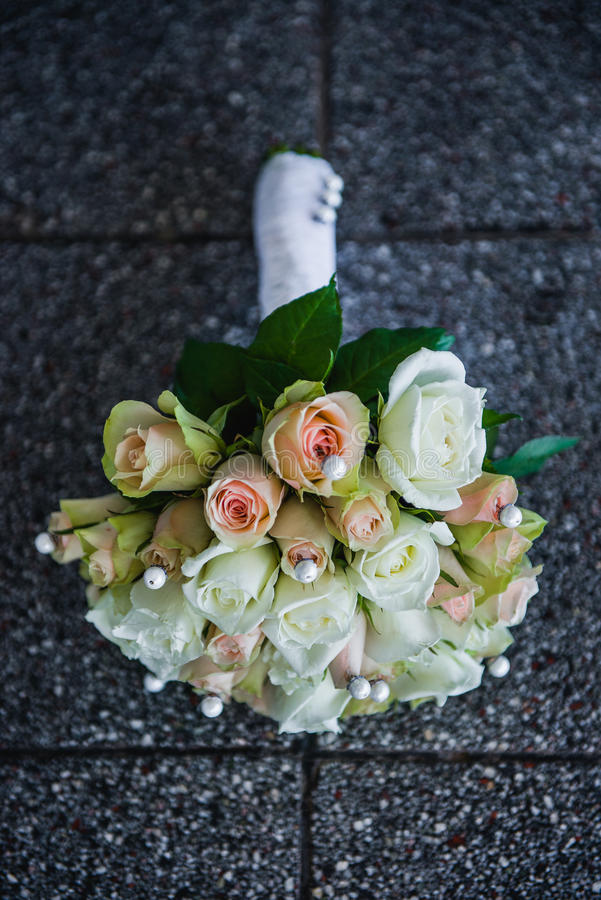 Download Bouquet des fleurs photo stock. Image du bride, roses - 56488604