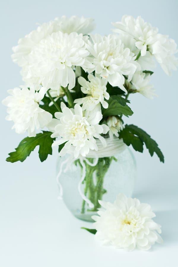 bouquet des fleurs blanches dans un vase en verre photos. Black Bedroom Furniture Sets. Home Design Ideas
