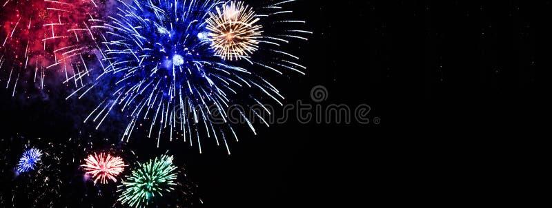 Bouquet des fleurs colorées de feux d'artifice montrées sur le ciel nocturne image libre de droits