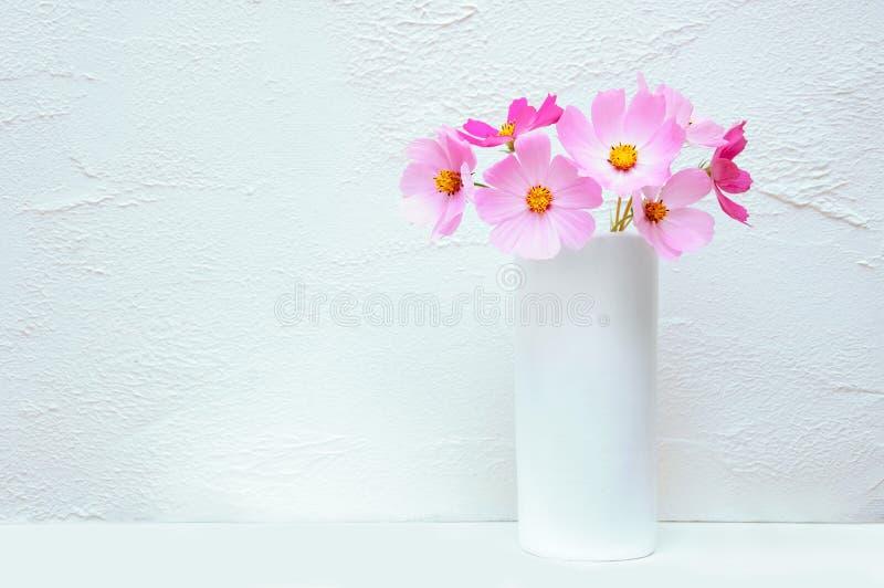 Bouquet des fleurs Cosme dans un vase blanc photo libre de droits