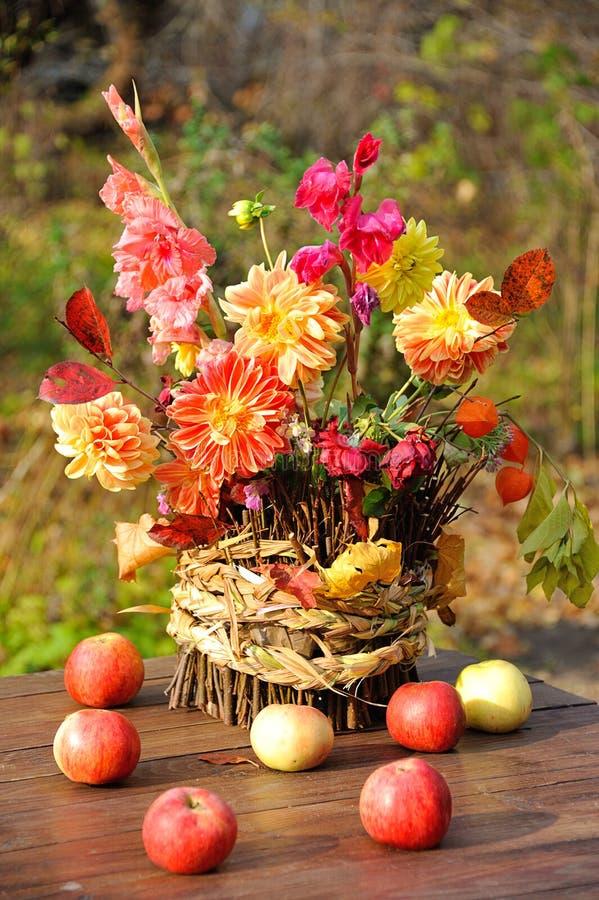 Bouquet des fleurs d'automne photographie stock libre de droits