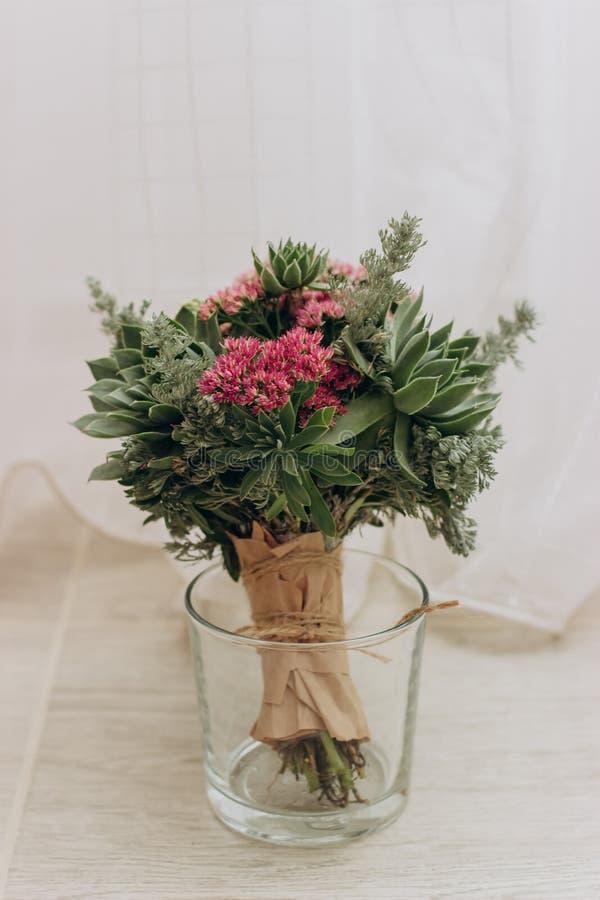 Bouquet des fleurs dans le vase photos libres de droits