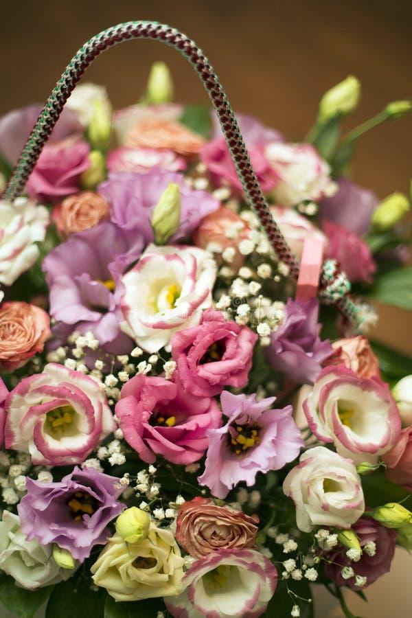 Bouquet des fleurs dans une boîte en bois roses multicolores et fleurs blanches sauvages photographie stock