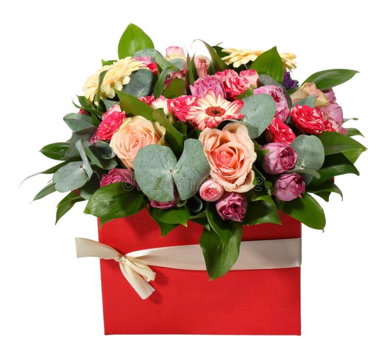 Bouquet des fleurs dans une boîte rouge avec le ruban Front View images stock