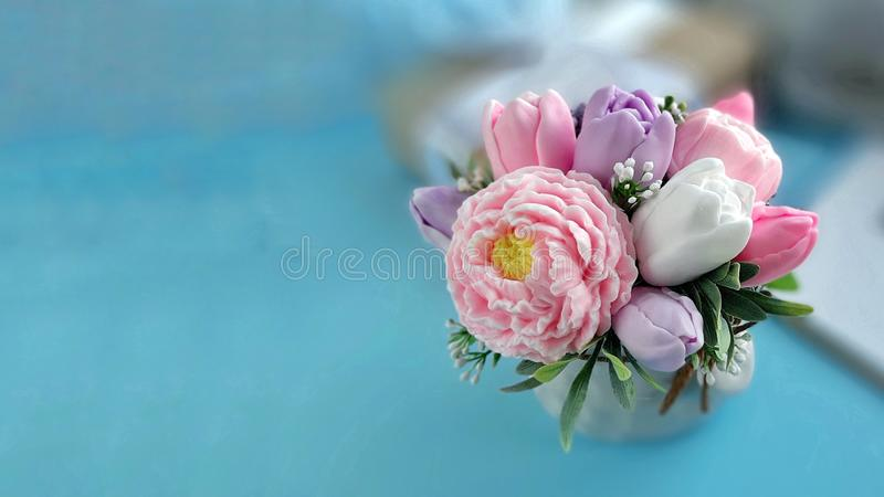 Bouquet des fleurs de savon sur le fond bleu brouill? photo libre de droits