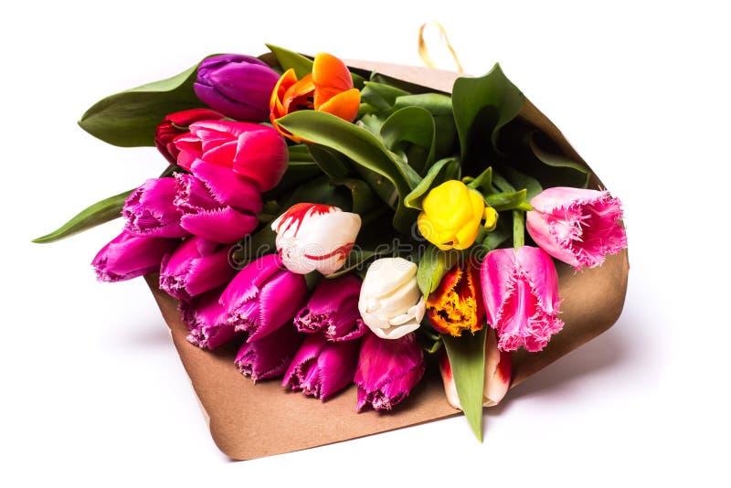 Bouquet des fleurs de tulipes de ressort enveloppées en papier photographie stock